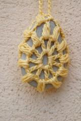 Náhrdelníky - Žltý náhrdelník s príveskom - oháčkovaným kamienkom - 5297119_