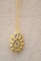 Náhrdelníky - Žltý náhrdelník s príveskom - oháčkovaným kamienkom - 5297128_