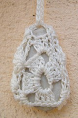 Náhrdelníky - Náhrdelník s obháčkovaným príveskom - kamienkom  3 - 5297337_