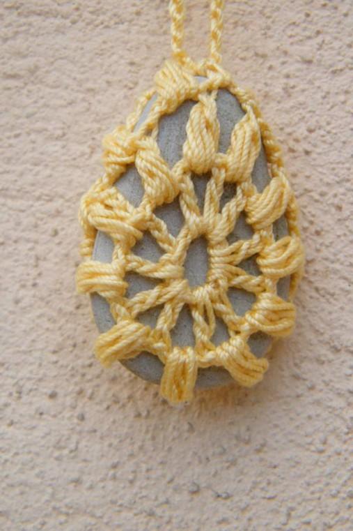 Žltý náhrdelník s príveskom - oháčkovaným kamienkom