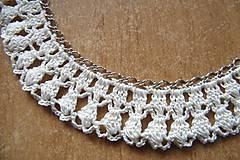 Náhrdelníky - Háčkovaný náhrdelník na kovovej retiazke - 5315557_