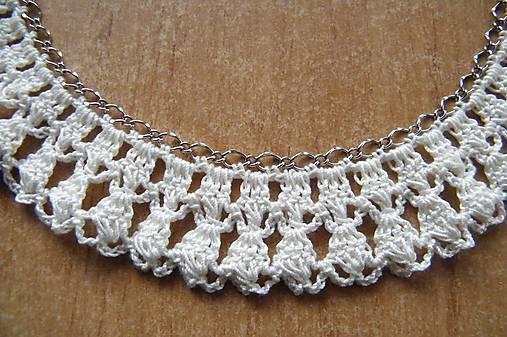 Háčkovaný náhrdelník na kovovej retiazke