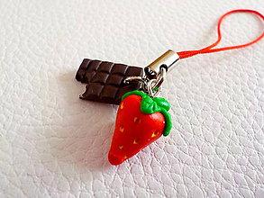 Na mobil - jahôdka v čokoláde - prívesok na mobil - 5330498_