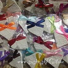Darčeky pre svadobčanov - Keramické srdiečka s čipkovaným dezénom -balené - 5360810_