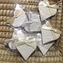Darčeky pre svadobčanov - Keramické srdiečka s čipkovým dezénom -balené - 5361593_