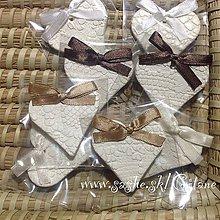 Darčeky pre svadobčanov - Keramické srdiečka s čipkovým dezénom -balené - 5361805_