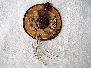 Odznaky/Brošne - Brošňa kožená, pierko - 5369192_