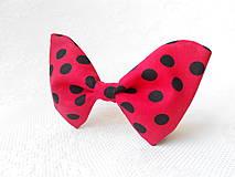 Náhrdelníky - Bodkovaný dámsky motýlik (červený/čierne bodky) - 5423570_