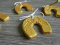Darčeky pre svadobčanov - podkova v zlatej farbe pre šťastie - 5421919_