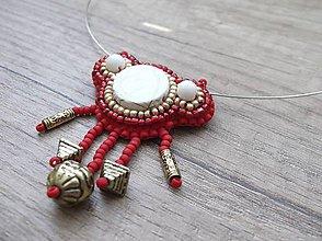 Náhrdelníky - Náhrdelník šitý, červená, biela a zlatá farba - 5427321_