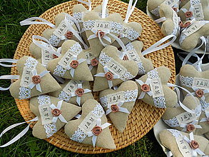 Darčeky pre svadobčanov - Svadobné srdiečka s iniciálmi J&M+ LATTÉ kvietok - 5443908_