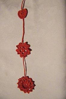Dekorácie - Červená závesná háčkovaná dekorácia - 5452821_