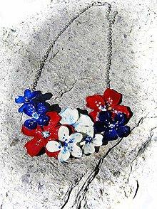 Náhrdelníky - kvetinový náhrdelník modro-bielo-červeny - 5484825_