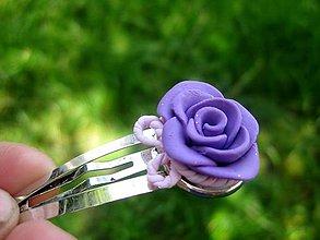 Ozdoby do vlasov - ZDARMA Pukačka s ručne modelovaným vzorom (Fialová ruža s mašľo - sponka č.69) - 5489800_