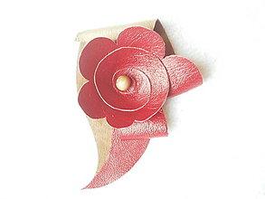 Odznaky/Brošne - Brošňa kožená, kvieťa na hnedej - 5493310_