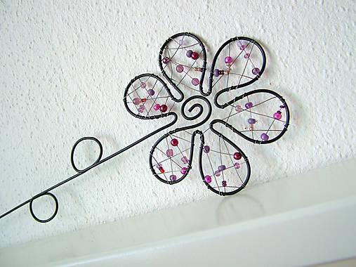 kvet fialový