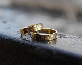Prstene - Po daždi (tepané) obrúčky zlaté matné - 5530439_