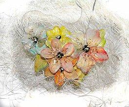 Náhrdelníky - nežný púdrový..kvetinový náhrdelník 2 - 5537627_