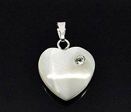 Komponenty - Luxusný perleťový prívesok srdiečko so štrasovým kamienkom - 5589087_