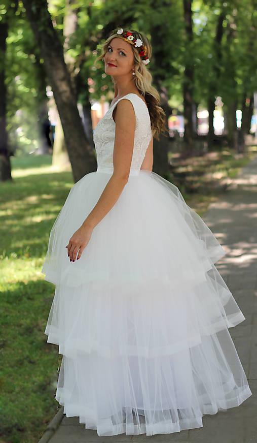 Svadobné šaty z troch volánových vrstiev tylu