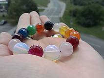 Harmonizujúci dúhový náramok z achátu, ruženínu a syntetického opálu