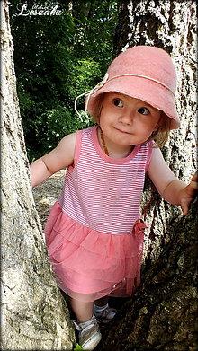 Čiapky - ♥ Koralovo ružový klobúčik so srdiečkom ♥ - 5651655_