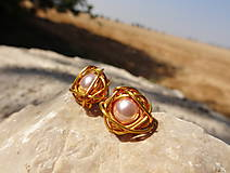 Náušnice - dve zrniečka púdru...schúlené v zlate - 5657798_
