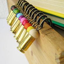 Papiernictvo - záložka s mosadznou nábojnicou a drevenou korálkou - 5676520_