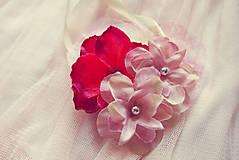 Náramky - Náramok pre družičky vyformovaný do kvetinového srdiečka - 5716812_