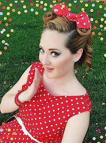 Ozdoby do vlasov - Light red scrunchie with white polka dots - 5751024_