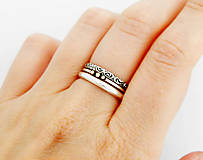 sada strieborných prsteňov