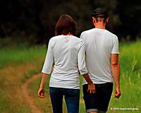 Topy, tričká, tielka - Dámske a pánske tričká párové s folk motívom kolovratu a valašky, maľované VRETIENKO MI PADÁ... - 5778073_