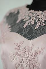 Šaty - Spoločenské šaty s kruhovou sukňou v púdrovej ružovej farbe - 5779006_
