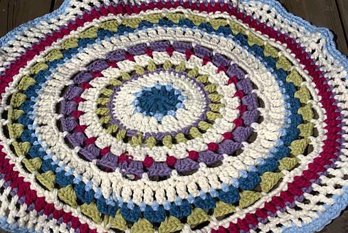 Farebný vlnený koberec