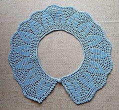 Náhrdelníky - Háčkovaný belasý golierik s gombíkom - 5795619_