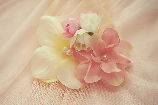 Romantické ružovkasté náramky pre družičky