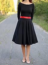 Šaty - Šaty s kruhovou sukňou a výstrihom na chrbte - 5843781_