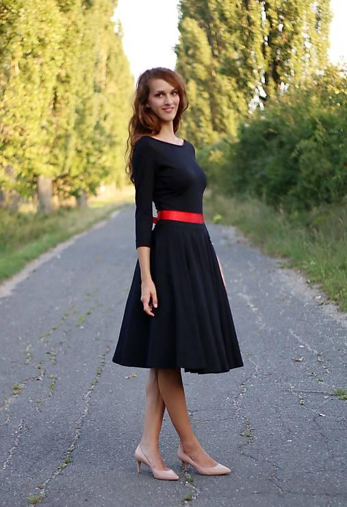 00d734dc44e2 Šaty s kruhovou sukňou a výstrihom na chrbte (na miery ...