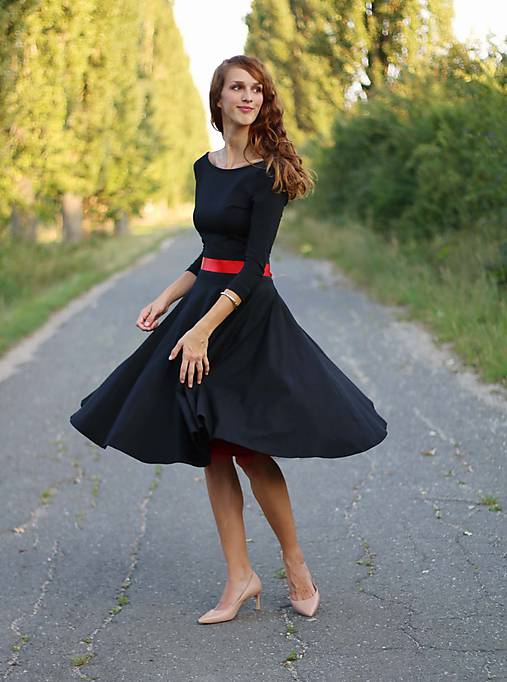 Šaty s kruhovou sukňou a výstrihom na chrbte