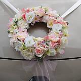Pastelový veniec na svadobné auto