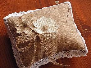 Prstene - Vintage vankúšik s kvetmi a jutovou mašľou - 5872053_