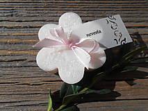 svadobná kvetinka so zdobenou menovkou