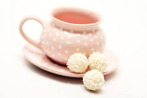 Ružový baňatý hrnček s bodkami s podšálkou