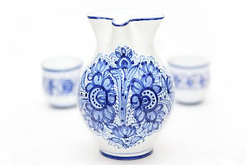 Modrý džbán na víno