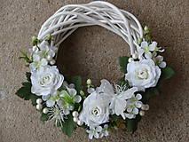 - Veniec s bielo-ivory ružami a motýľom - 5924803_
