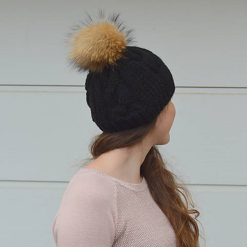 Černá čepice s kožešinovou bambulí-výprodej   u-bambule - SAShE.sk ... a08b0e336b