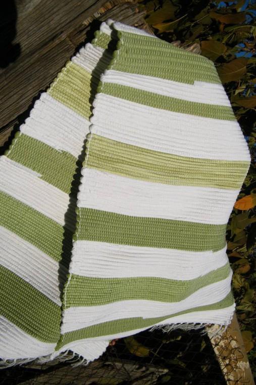 Olivovo-biely koberec