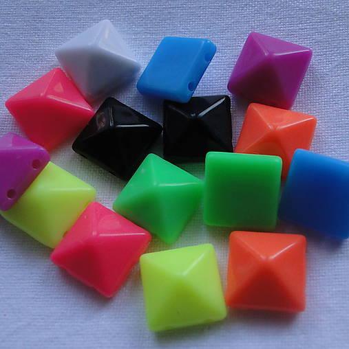 Pyramídky plast 10x10mm-MIX-30ks