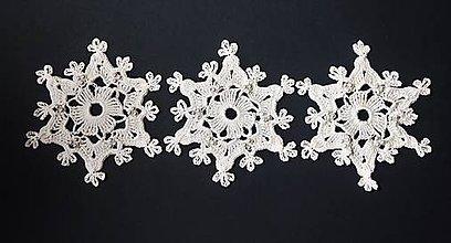 Dekorácie - Sada 6 háčkovaných hviezd s perličkami - vianočné ozdoby na stromček - 6072092_