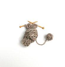 Odznaky/Brošne - Brošňa Milujem pletenie zimných šálov, ktoré si zauzlím ako chcem - 6075849_